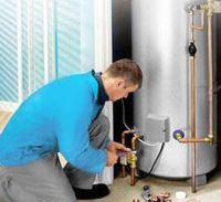 Мастер подключает водонагреватель